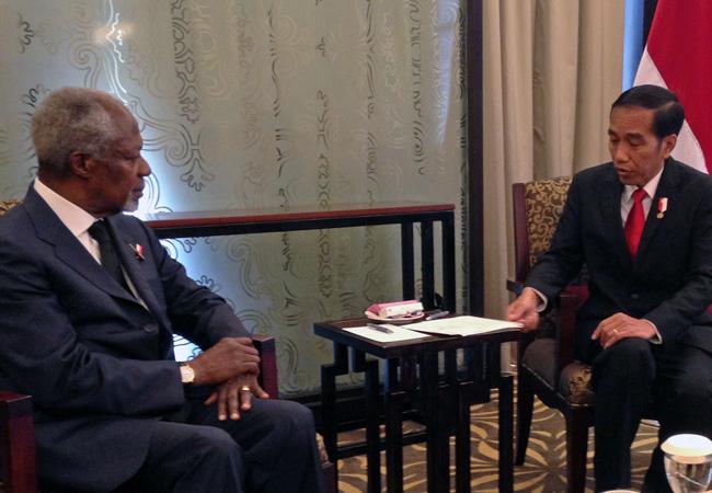 Kofi Annan discusses UHC with the President of Indonesia, Joko Widodo (Credit: Kofi Annan Foundation)