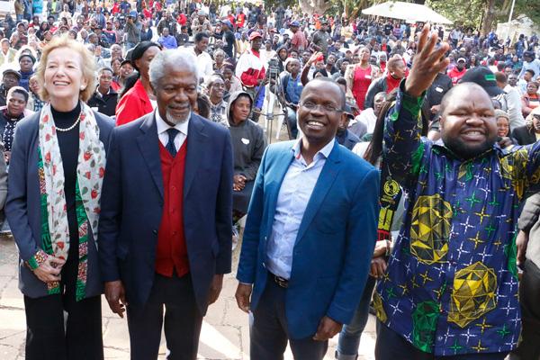 Mary Robinson and Kofi Annan in Zimbabwe in July 2018.